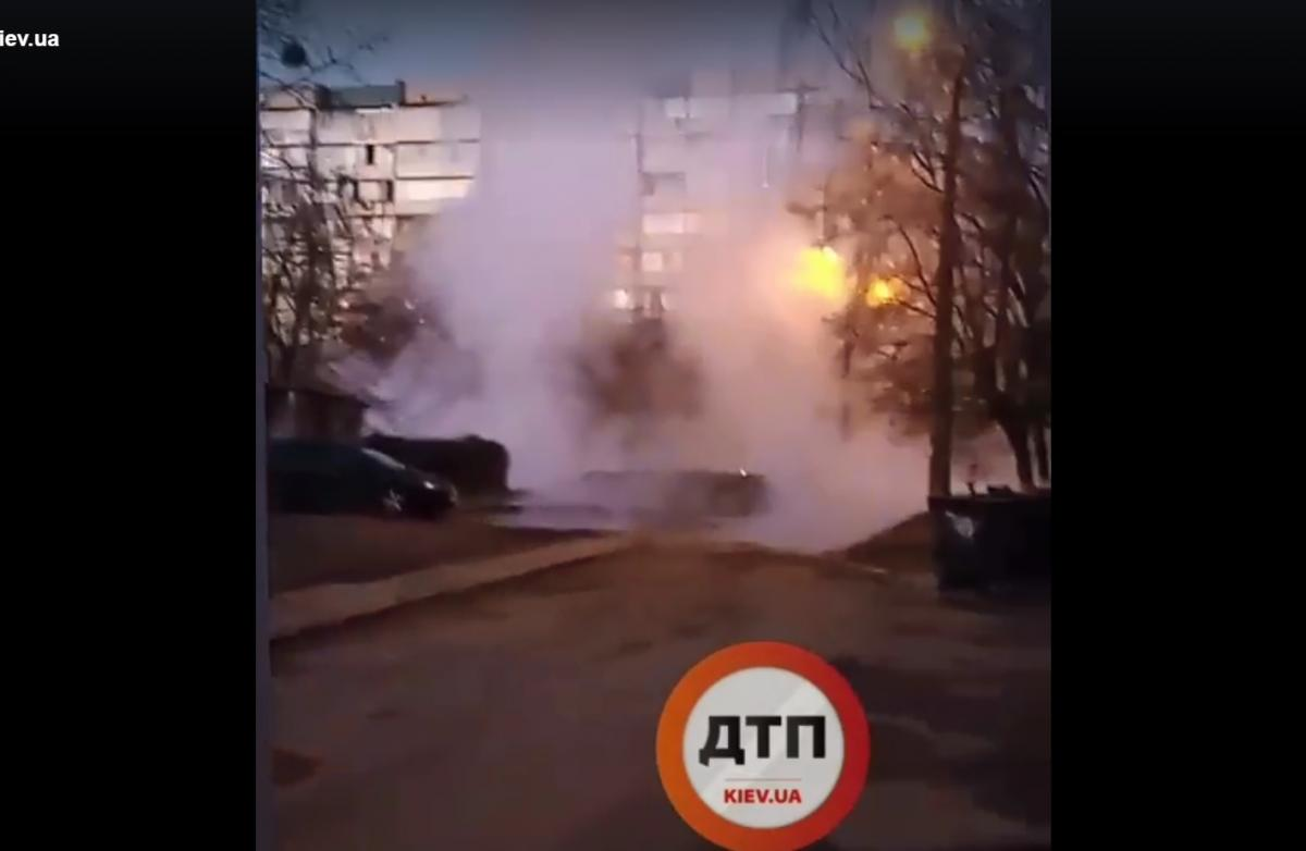Теплотрассу прорвало на Теремках / скриншот