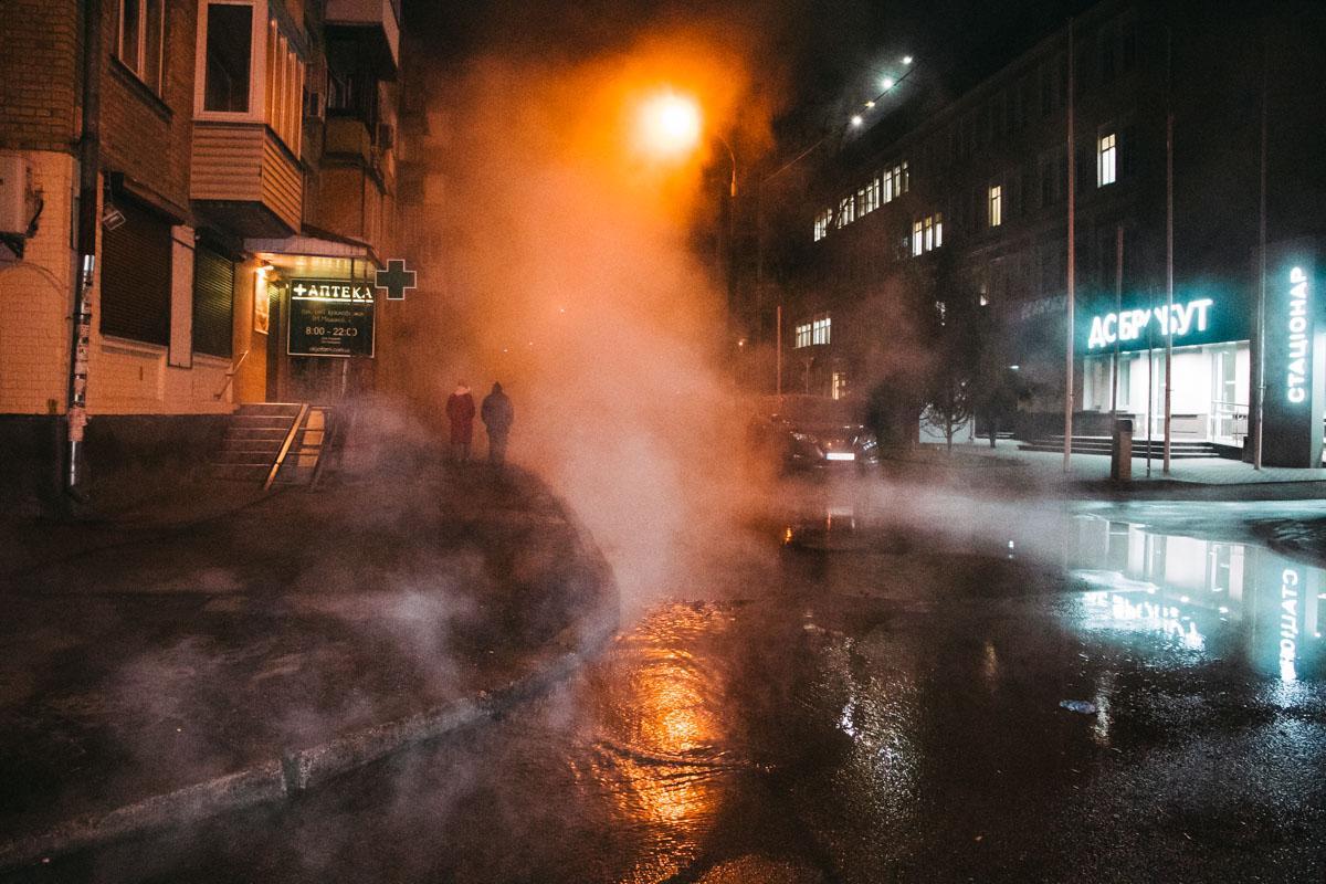 """На месте работали сотрудники """"Киевтеплоэнерго""""/ фото: """"Информатор"""""""
