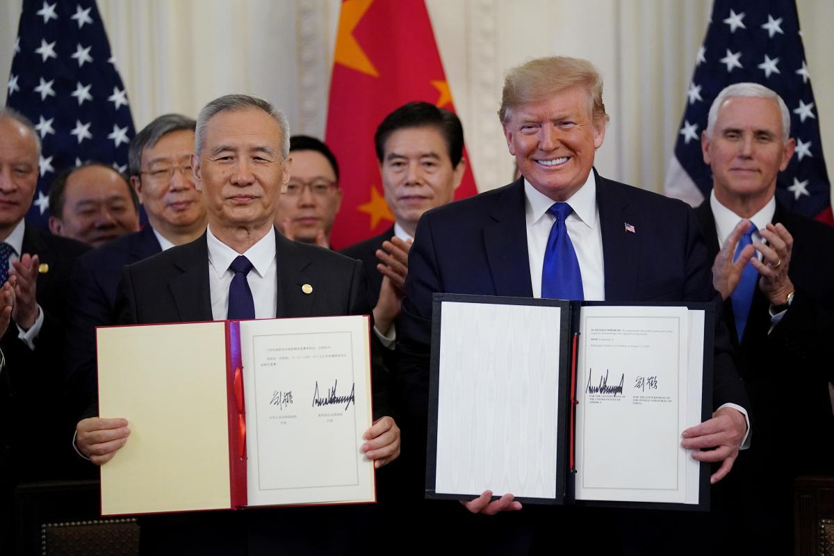 Вице-премьер Госсовета КНР Лю Хэ и президент США Дональд Трамп / REUTERS