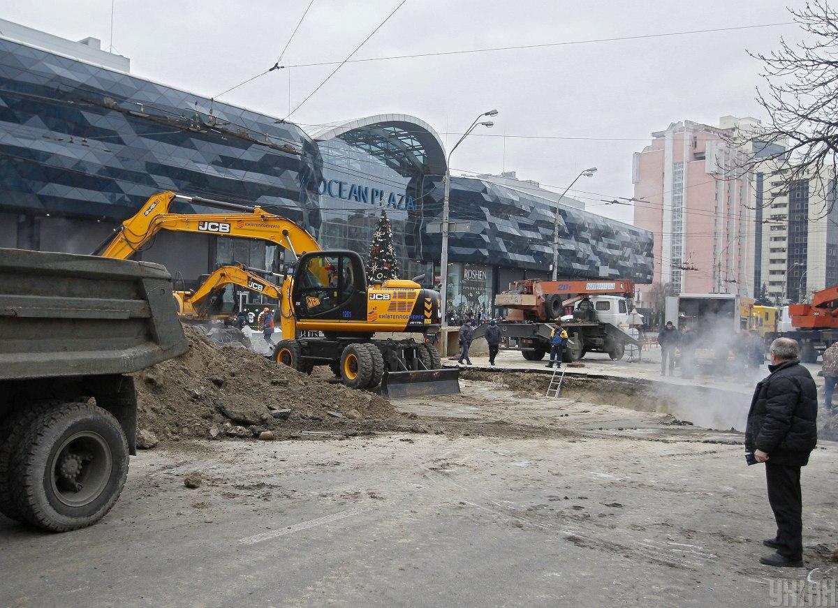 На месте прорыва теплотрассы возле Ocean Plaza уже возобновили движение / фото УНИАН