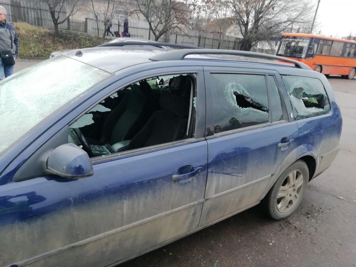 Полицейский с группой лиц повредили автомобиль пострадавшего / kir.gp.gov.ua