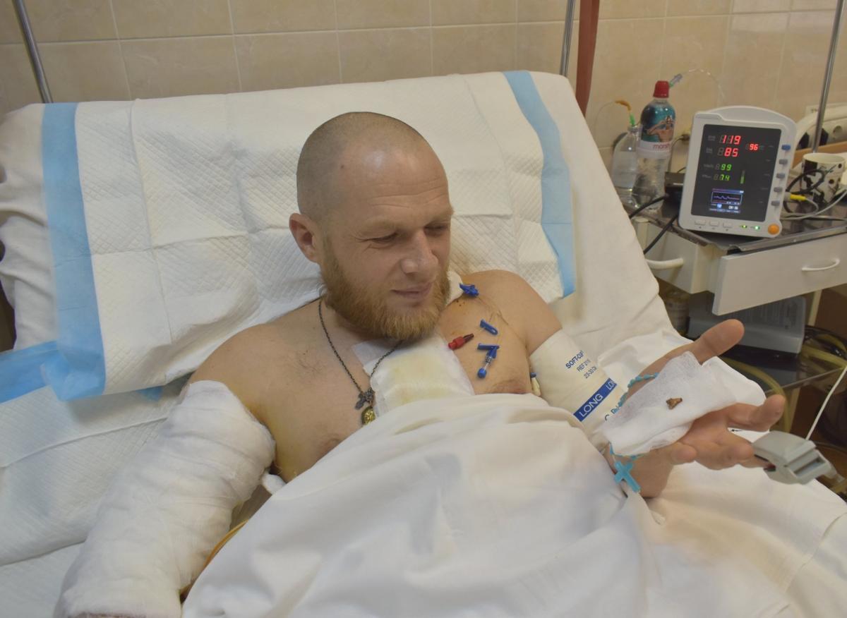 Боец потерял около двух литров крови / фото: Сергей Рыженко/Facebook