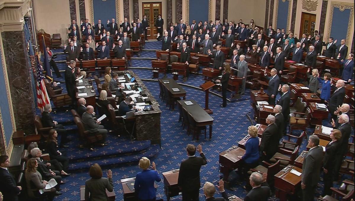 ПредседательВерховного суда Джон Робертс принял присягу перед сенаторами / REUTERS