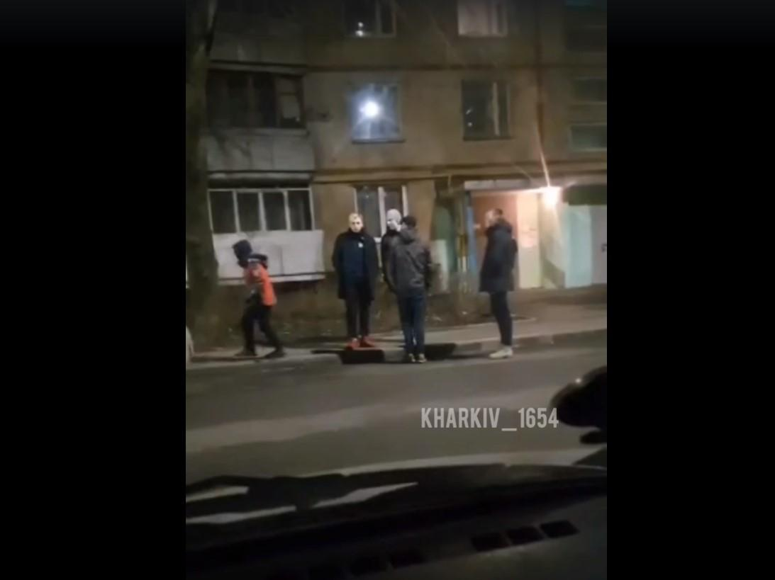 Подростки забросали автомобиль булыжниками/ скриншот