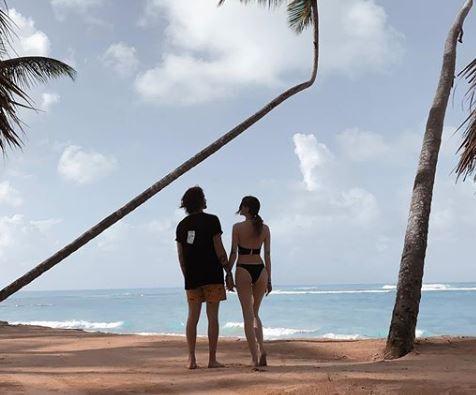 Пара позирует на пляже / instagram.com/nadyadorofeeva