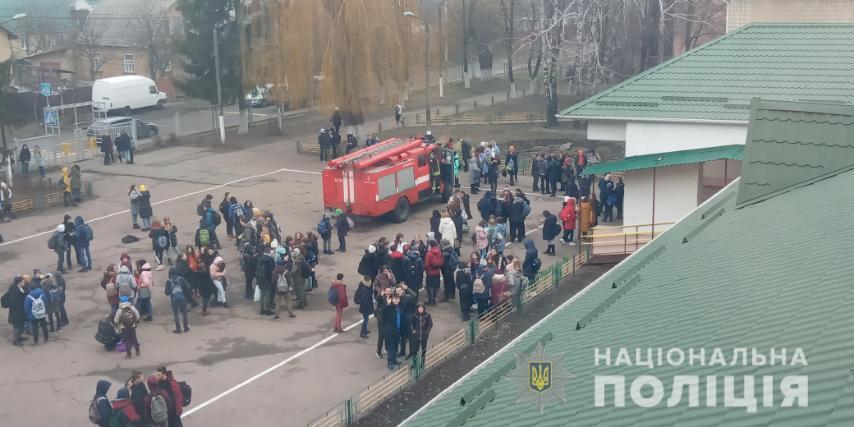 В школе Броваров распылили газ / Фото: Нацполиция