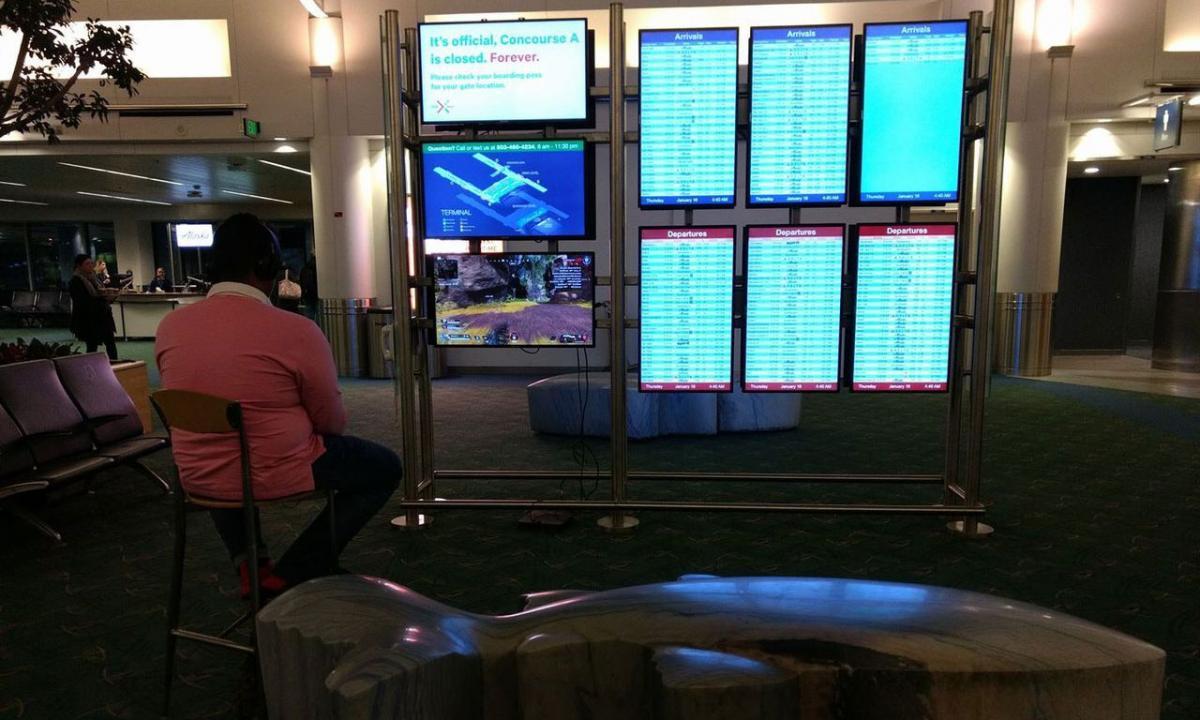 Любитель видеоигр не мог вынести долгого ожидания посадки на самолёт/ фото The Oregonian