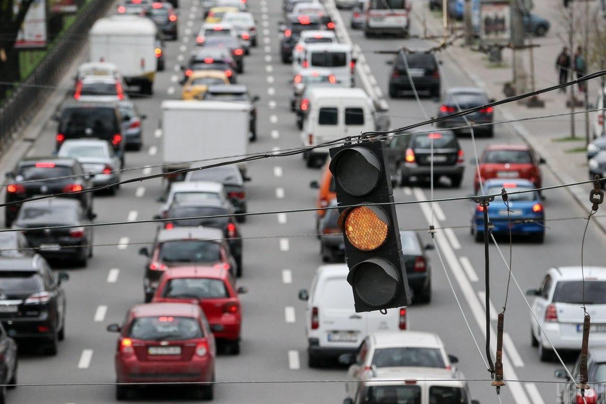 Киянам рекомендують уникати прогулянок біля автомобільних магістралей / фото УНІАН