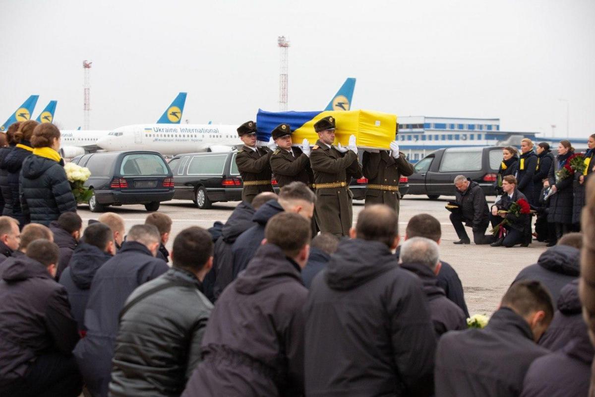 Тіла українців, які трагічно загинули в Тегерані в результаті збиття літака авіакомпанії МАУ, вже на батьківщині / Офіс президента України
