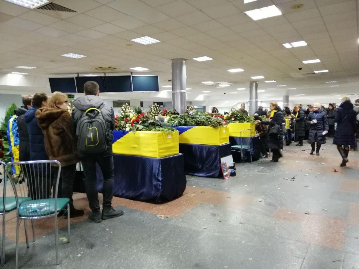 Сегодня тела погибших украинцев доставили в Киев / фото: Влад Абрамов