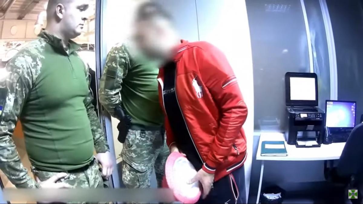 Мужчина начал нецензурно ругаться / скриншот видео