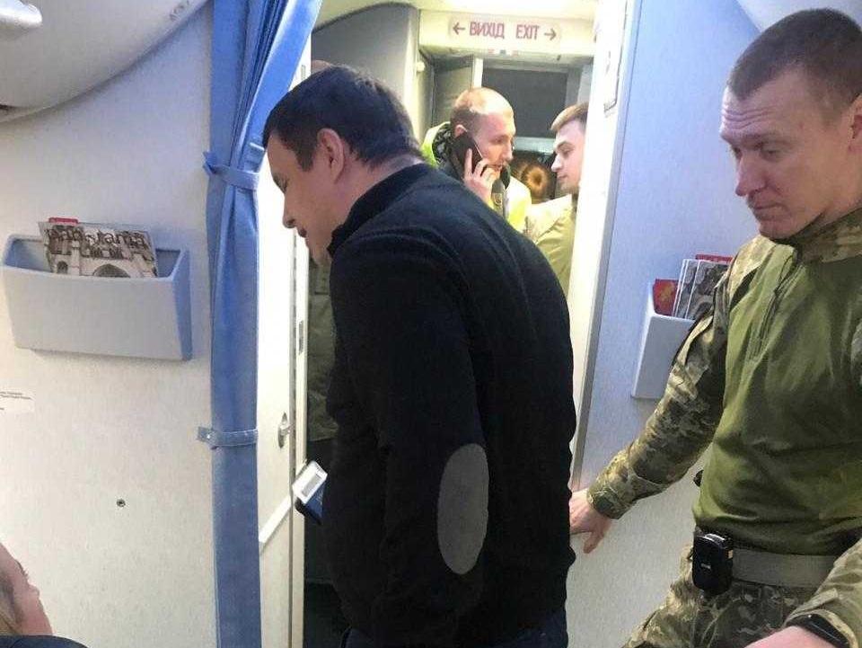"Микитася ""зняли"" з літака / фото newsone.ua"