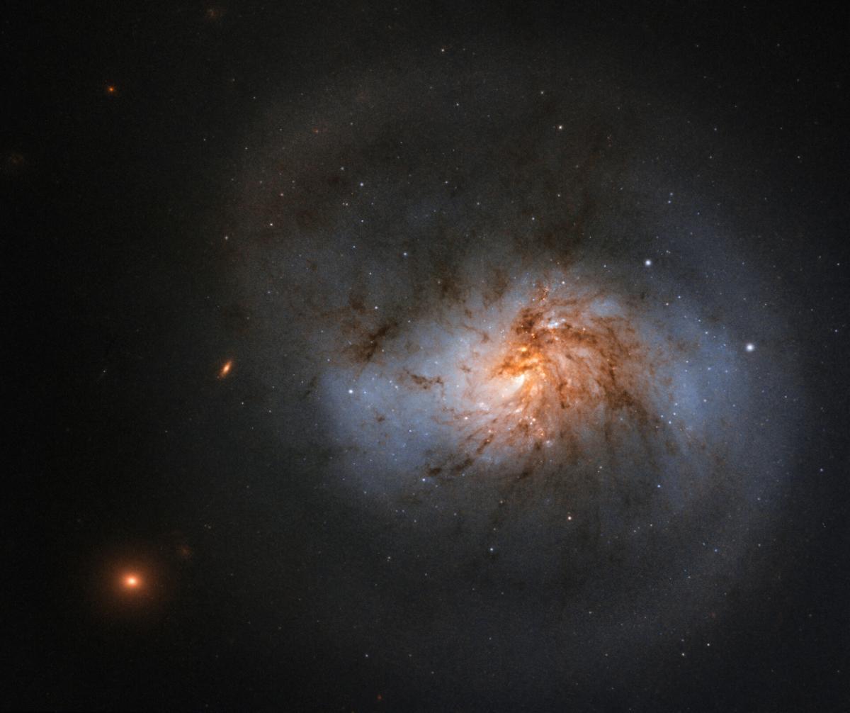 Саму перемычку также можно рассмотреть на снимке / фото ESA/Hubble & NASA, A. Seth