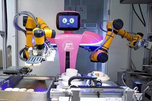 На кухні закладу працюють 32 роботи-кухаря / фото: GizmoChina