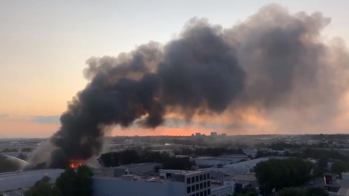 На место инцидента отправлены 18 экипажей с 70 пожарными/ скриншот