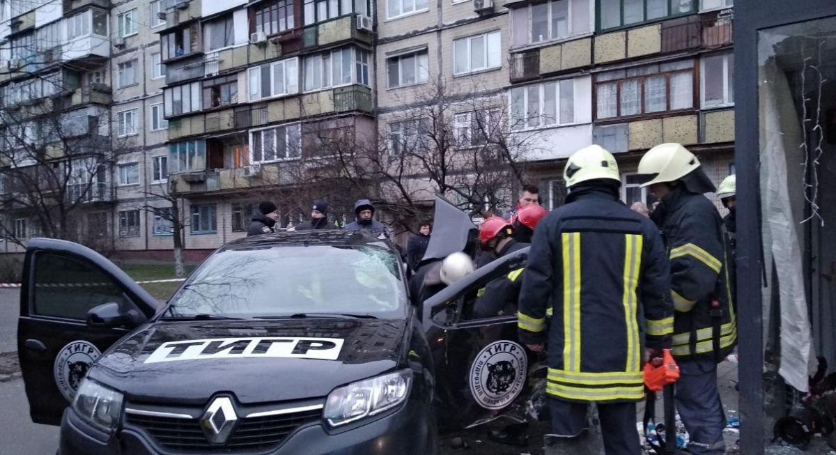 Погибшего и пострадавшего освободили из авто с помощью гидравлического инструмента / фото: ГСЧС