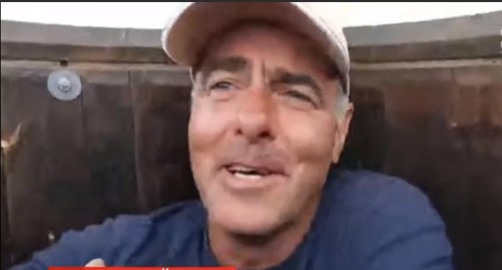 Чоловік просто з діжки веде трансляції у соцмережі й роздає інтерв'ю / скріншот відео ТСН