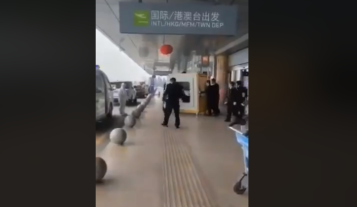 В Китае из-за коронавируса уже закрыли два города / Скриншот