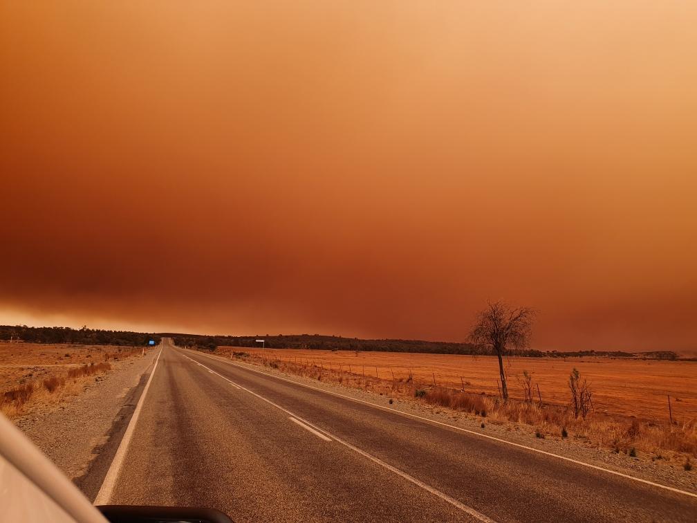 Пыльная буря окрасилаБрокен-Хилл в оранжевый цвет / twitter.com/SAPoliceNews