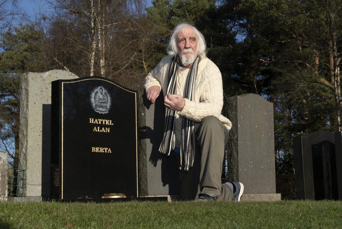 Мужчина считает, что надгробие с его именем решила установить бывшая жена/ фото thecourier.co