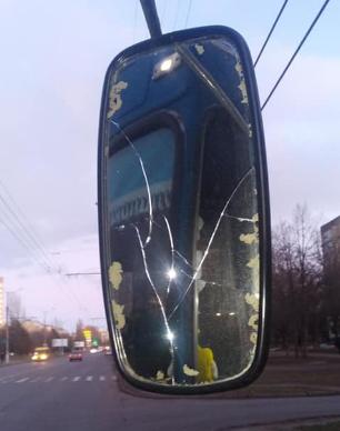 Перед тим, як втекти, чоловік пошкодив дзеркало / Фото: Facebook Руслан Божко