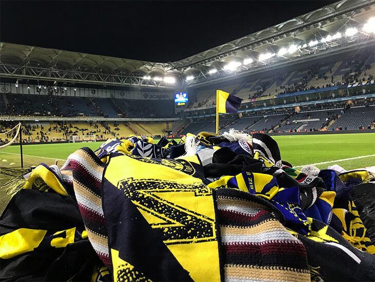 Болельщики создали гору из шарфов и других теплых вещей / фото: twitter.com/fenerbahce