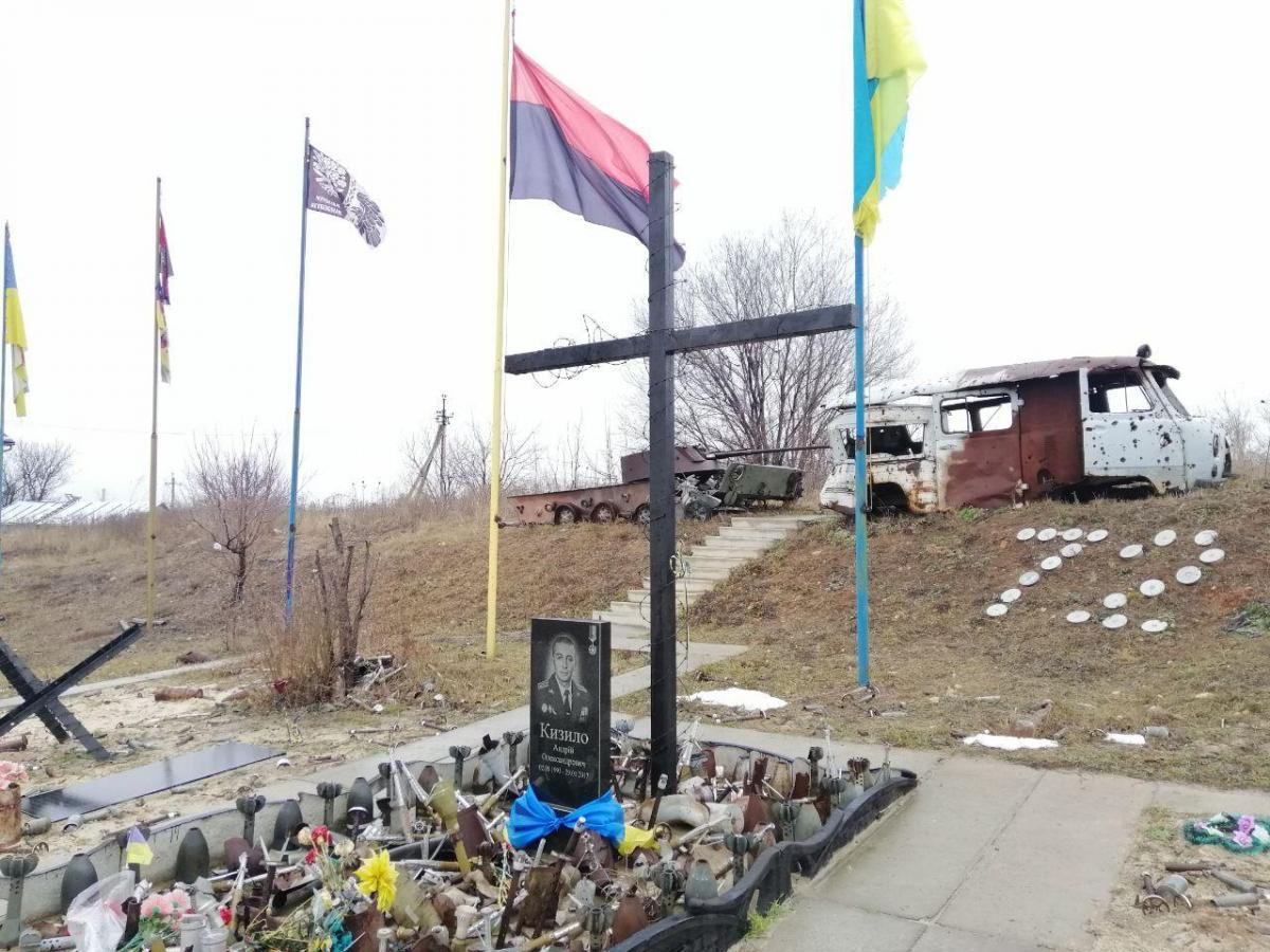 Замкомбата72-й ОМБР Андрей Кизило погиб, защищая Авдеевку/ фото - мемориал на въезде в промзону Авдеевки - УНИАН