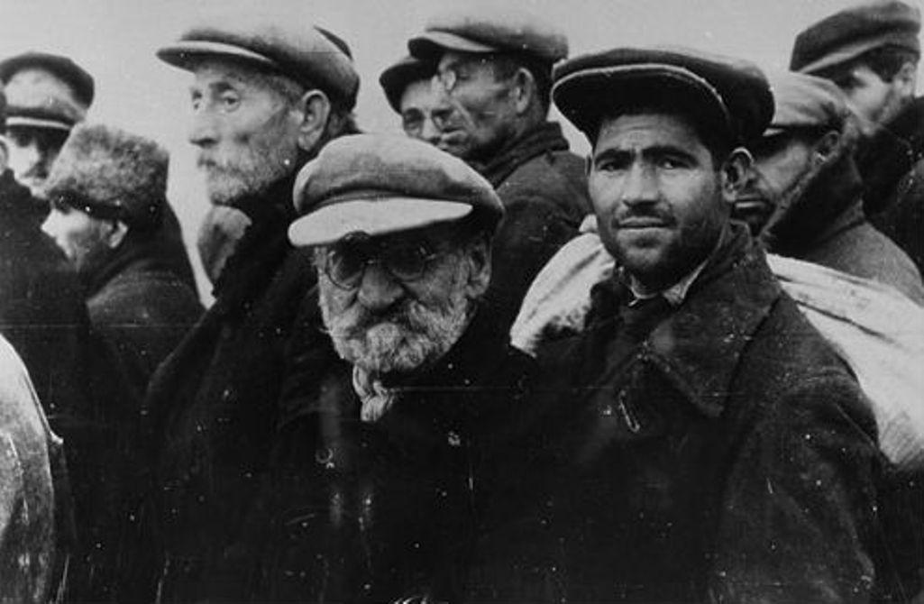 Одесские евреи в очереди за регистрацией после прихода в город немецких и румынских войск. 22 октября 1941. / memory.gov.ua