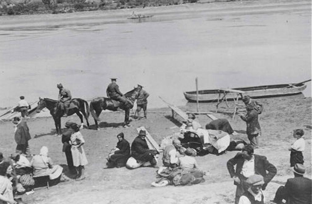 Румынские солдаты караулят евреев перед этапированием в Транснистрию, берег Днестра в Бессарабию / memory.gov.ua