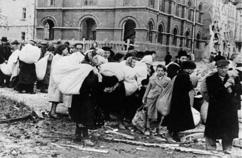 Мешканці гетто в Дрогобичі (Львівська область, тоді ‑ Генеральна Губернія) очікують депортації, 21 липня 1941 р. / memory.gov.ua