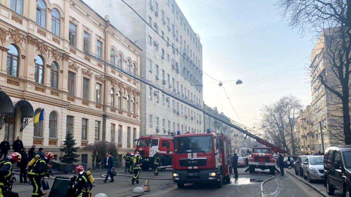В Киеве из-за пожара из здания Минкульта эвакуируют людей / фотоfacebook.com/DSNSKyiv/