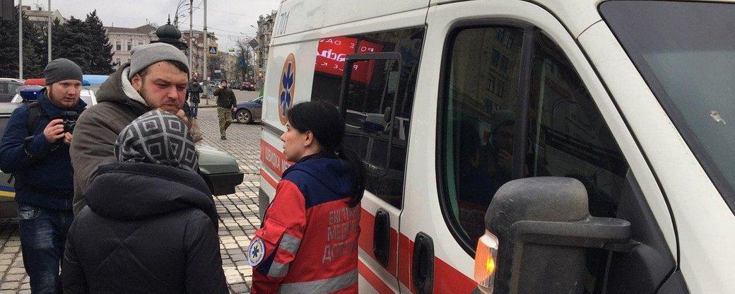 """Оператора """"СТБ"""" Александра Брынзу и работника полиции забрала скорая / фото suspilne.media"""