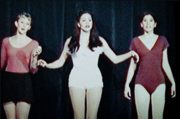 На одном из снимков Меган появляется перед зрителями в белом купальнике \ The Sun