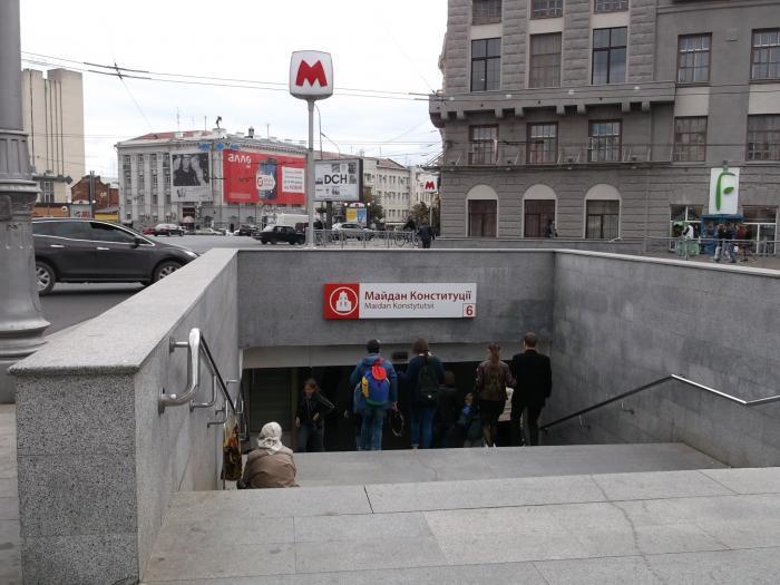 """У Харкові на """"Площі Конституції"""" затримали чоловіка з гранатою / фото metro.kh.ua"""