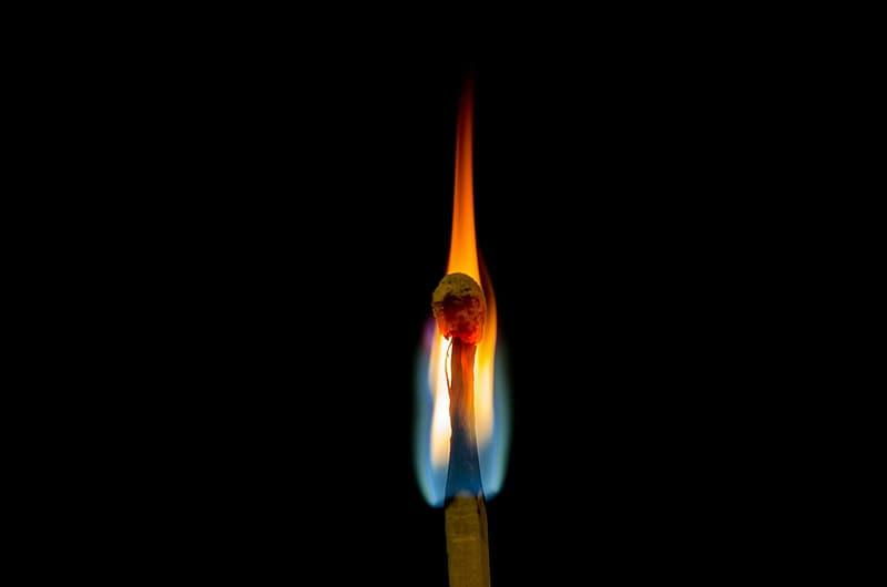 У 1827 році англійський фармацевт Джон Уокер почав продавати винайдені ним сірчані сірники / pikrepo
