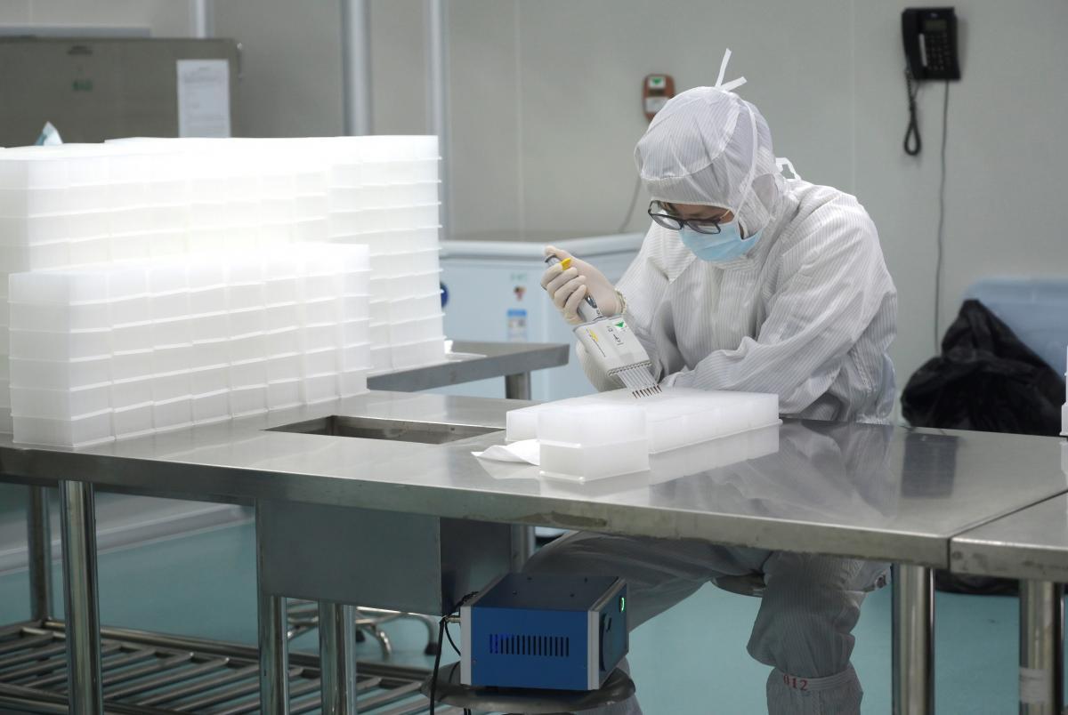 Більшість українців впевнені, що коронавірус створили в лабораторіях / фотоREUTERS