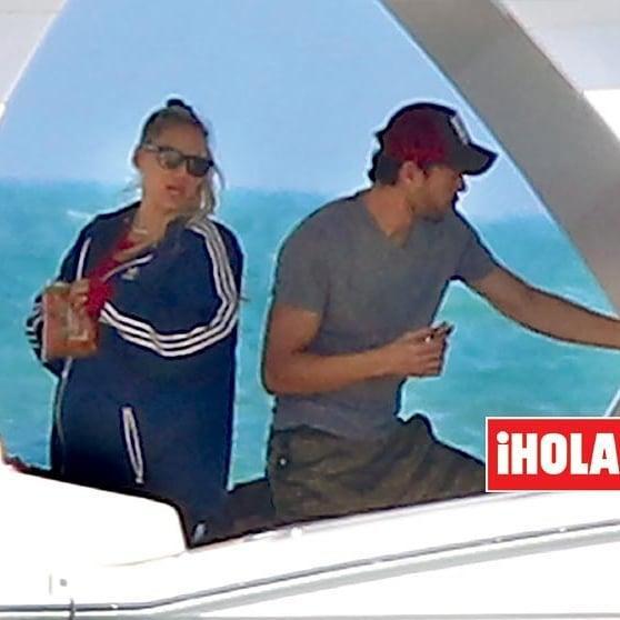 Первое фото беременной Курниковой появилось на обложке свежего номера журнала HOLA! / фото: HOLA!