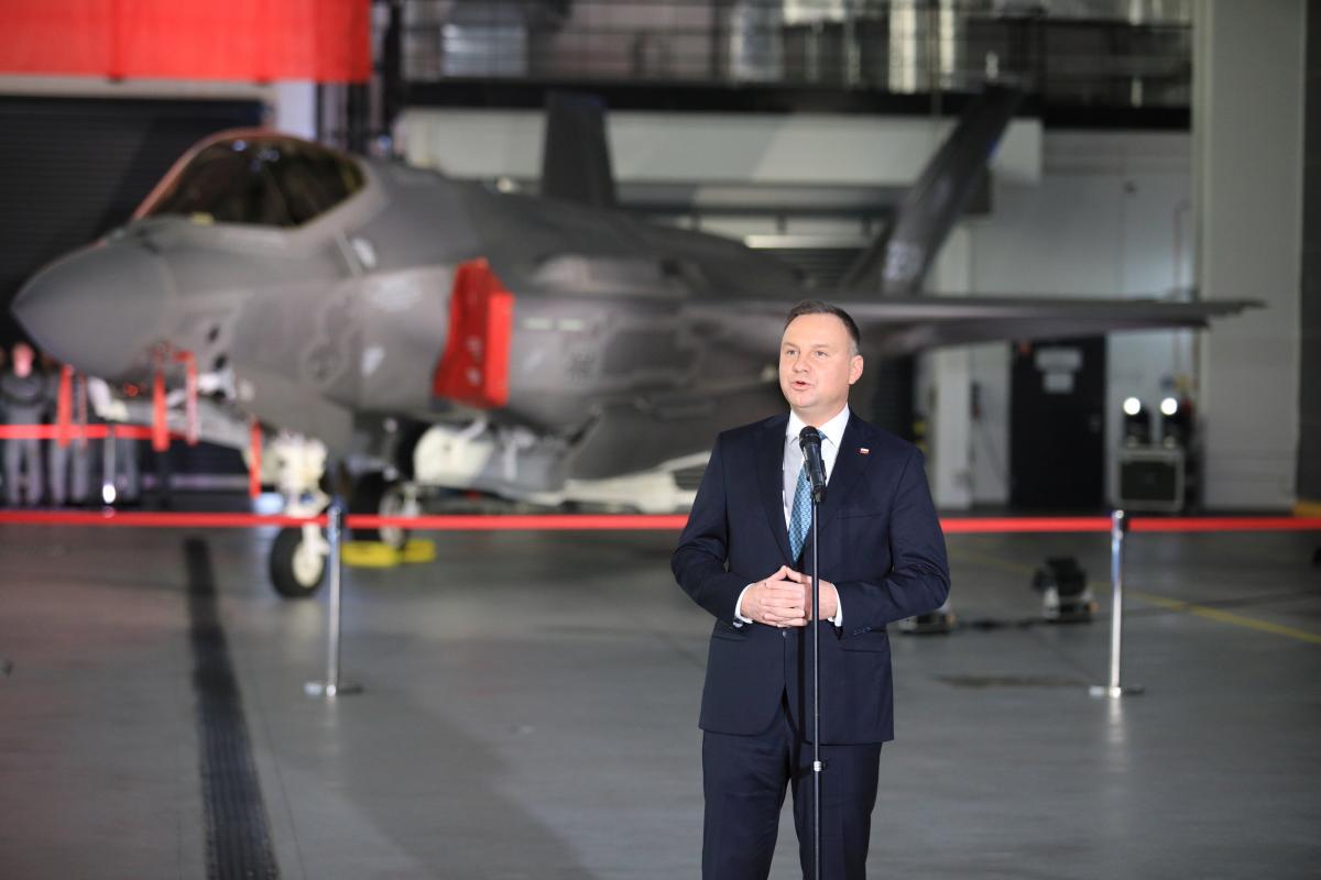 Президент Польши Анджей Дуда во время подписания контракта / REUTERS