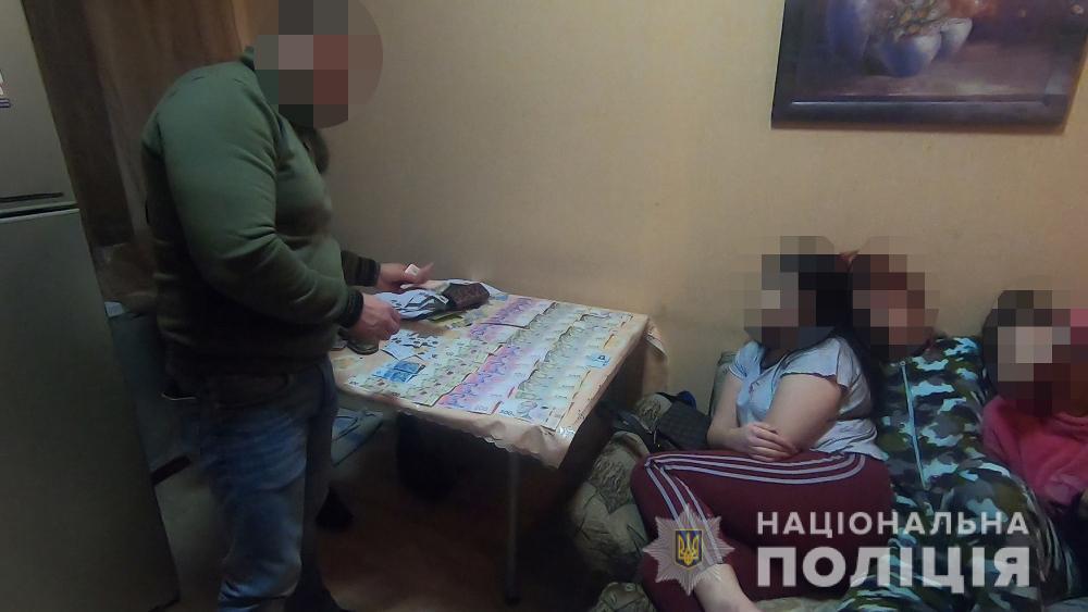 У квартирі перебували чотири залучені до заняття проституцією жінки / фото НПУ