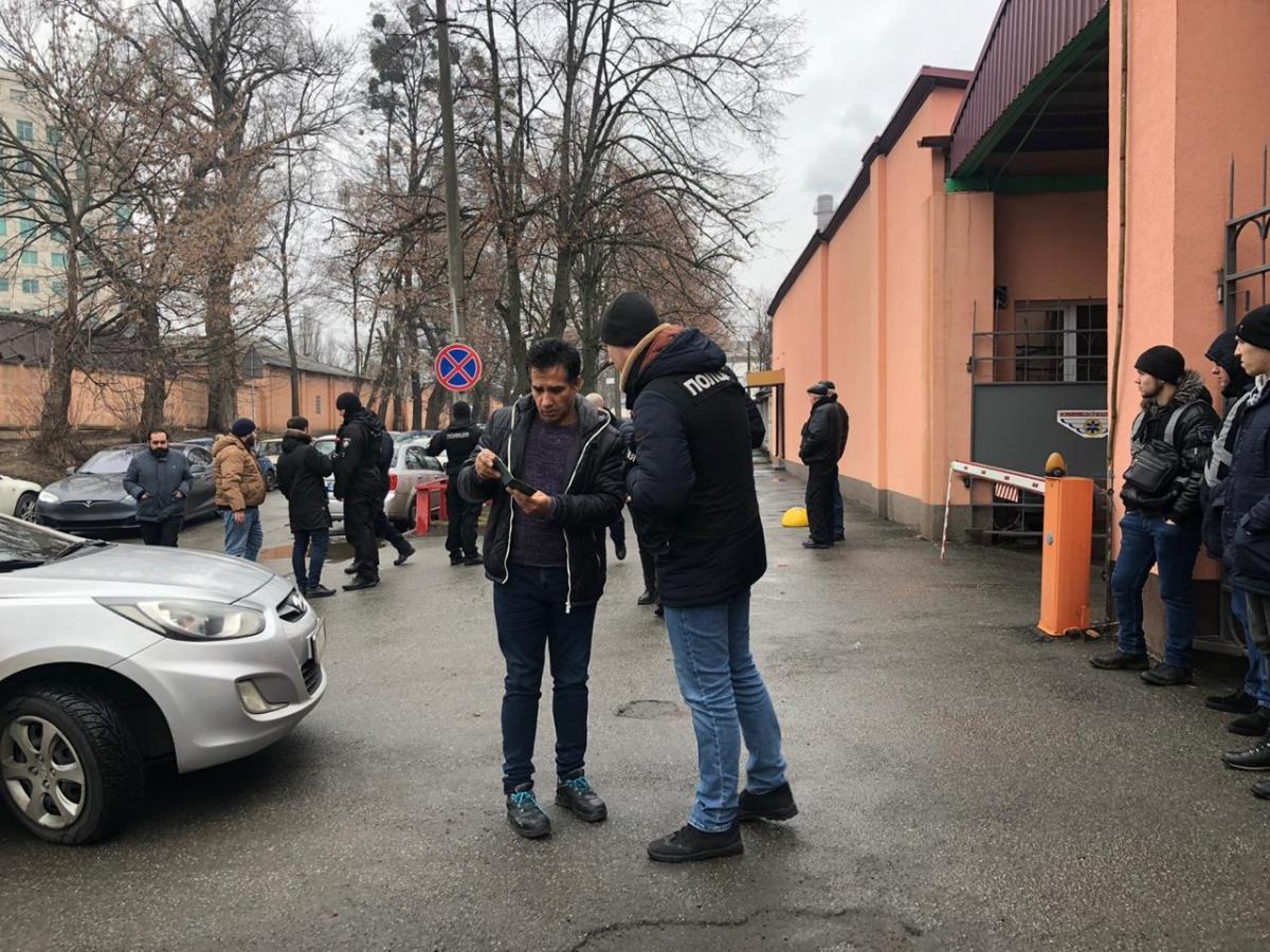 Полиция проверяла документы у мусульман возле мечети в Киеве / фото facebook.com/dogrujol