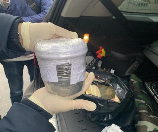 В автомобілі фігуранта фото виявили скляну ємкість із ртуттю / facebook.com/kyiv.gp.gov.ua