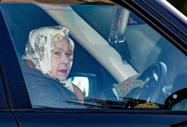 Королева Елизавета в 93 года снова села за руль автомобиля (фото)