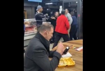 """""""Найспокійніша людина"""": британець підкорив мережу своєю незворушністю під час бійки (відео)"""