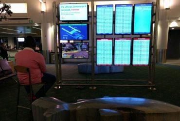 В США парень использовал монитор в аэропорту для игры на приставке