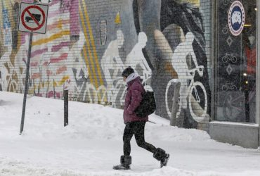 В Канаде - рекордный снегопад, тысячи домов заблокированы (видео)