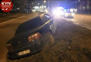У Києві п'яний водій Opel роз'їжджав тротуаром і ганяв пішоходів (відео)