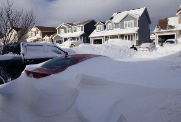 Замело входы в дома и автомобили: на восток Канады обрушился рекордный снегопад (фоторепортаж)