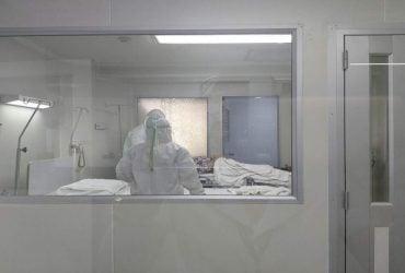 Падают замертво: появились жуткие видео с улиц инфицированного Китая (18+)