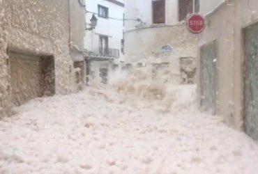 Город Тосса-де-Мар в Испании накрыло пеной