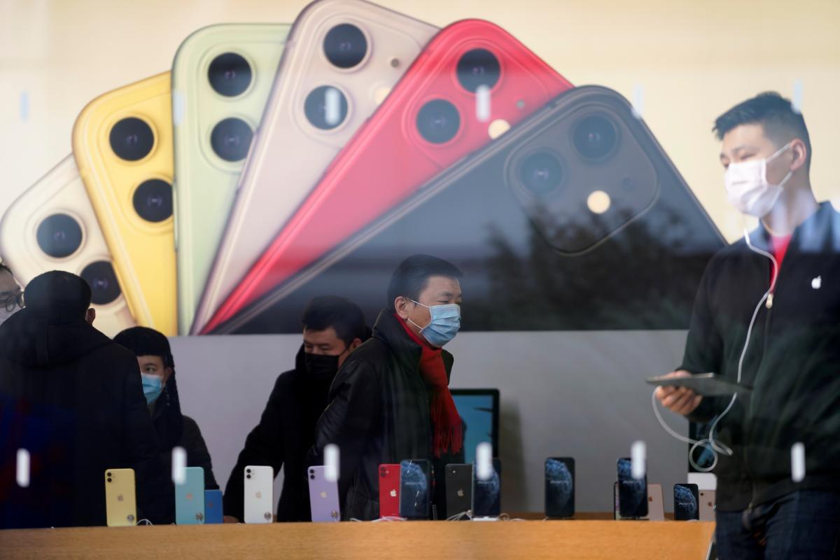Акції Apple впали через провал продажів iPhone в Китаї / REUTERS